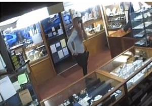 """بالفيديو :"""" لصوص ولكن ظرفاء"""".. لص يتنكر في زي امرأة حسناء لسرقة المجوهرات"""