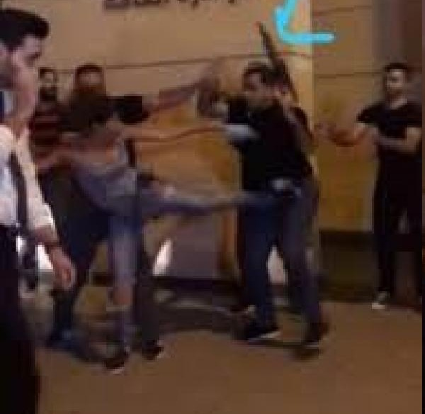 """فتاة لبنانية تثير مواقع التواصل بسبب """"ركلة"""" خلال احتجاجات بيروت"""