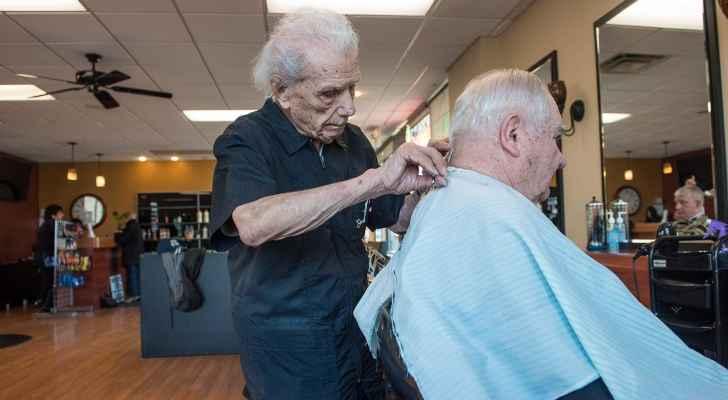 الأطباء عجزوا عن فك لغز هذا الحلاق البالغ من العمر 107 عاماً