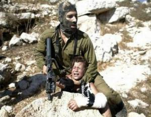 بالفيديو .. جندي اسرائيلي ينهال بالضرب بشكل وحشي على طفل فلسطيني