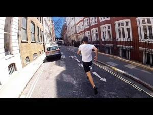 شاب يتحدى قطار مترو.. ويفوز (فيديو)