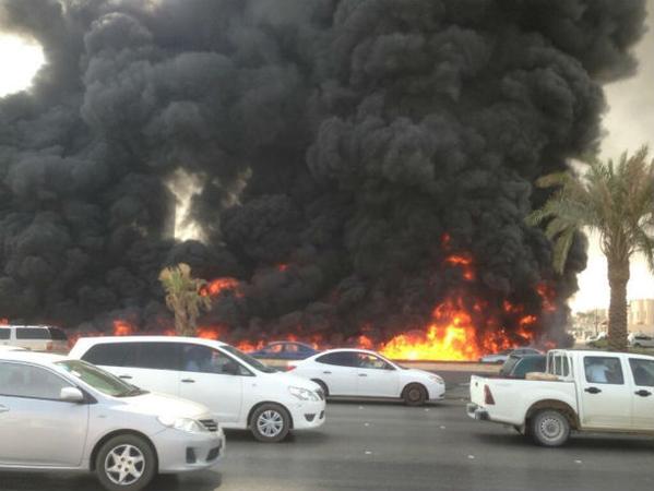 """بالفيديو و الصور  ..  اصطدام """"ناقلة وقود"""" بـ """"جيمس"""" يحرق 5 سيارات"""