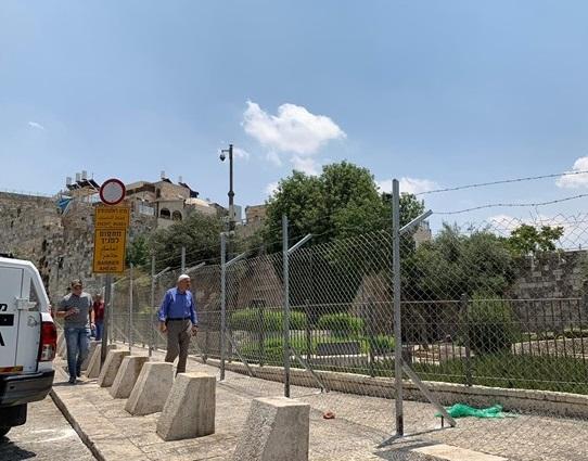 سلطات الاحتلال تضع أسلاك وأعمدة حديدية في محيط باب العمود