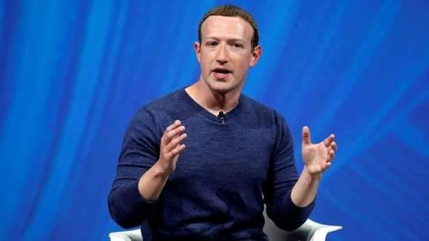 """زوكربيرغ يمنع استخدام """"آيفون"""" في مكاتب فيسبوك"""