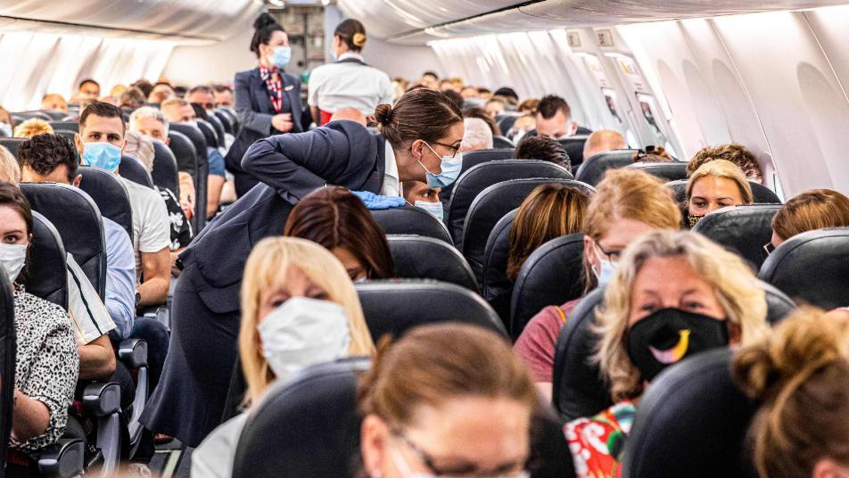"""متنكراً بزي زوجته و مستغلاً """"كورونا""""  ..  رجل يحتال على شركة طيران و إحدى المضيفات تكشفه  ..  تفاصيل صادمة"""