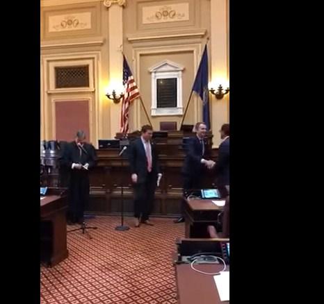 بالفيديو  ..  أول مسلم يقسم على القرآن كوزير تعليم بولاية أميركية
