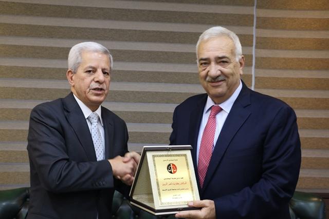 """"""" المحامين الأردنيين"""" تكرم جامعة الشرق الأوسط لجهودها في دعم العملية الحقوقية في الأردن"""