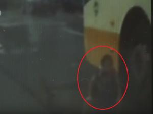 بالفيديو..  انزلق الطفل بدراجته فسقط تحت عجلات الحافلة .. وهذا مصيره!