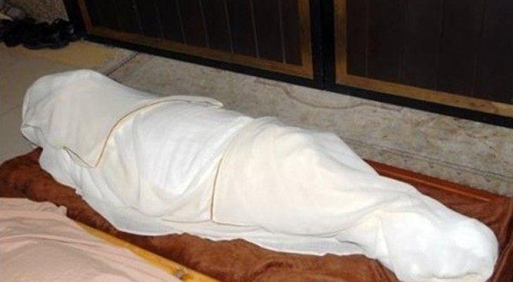 تفاصيل صادمة ..  أخفى جثة والدته لأكثر من 6 سنوات ليستمر بالحصول على راتبها!!