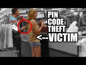 """بالفيديو.. سرقة الرقم السري للبطاقة المصرفية بجهاز """"آيفون"""""""