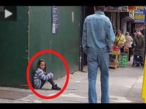 بالفيديو .. رد فعل المارة على مساعدة طفلة تائهة ينتهي بكارثة