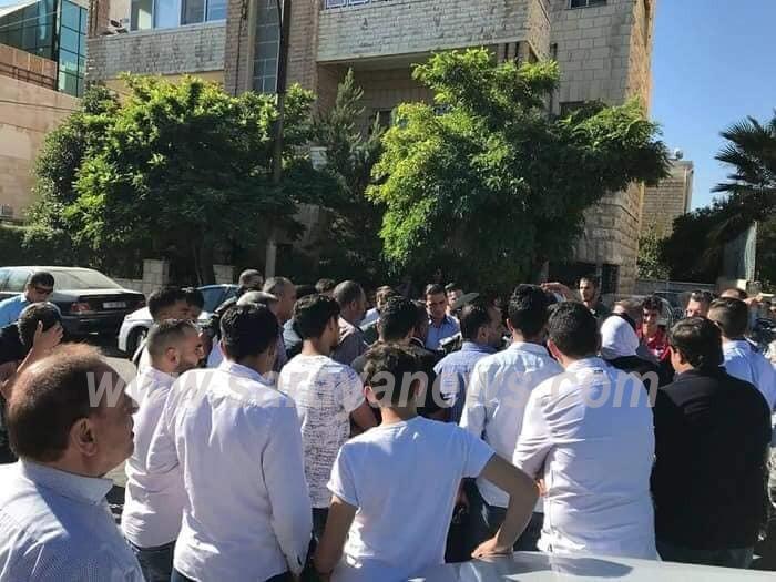 غنيمات تلتقي المحتجين امام منزل الرزاز في الرئاسة ..  والأهالي يلوحون بالتصعيد