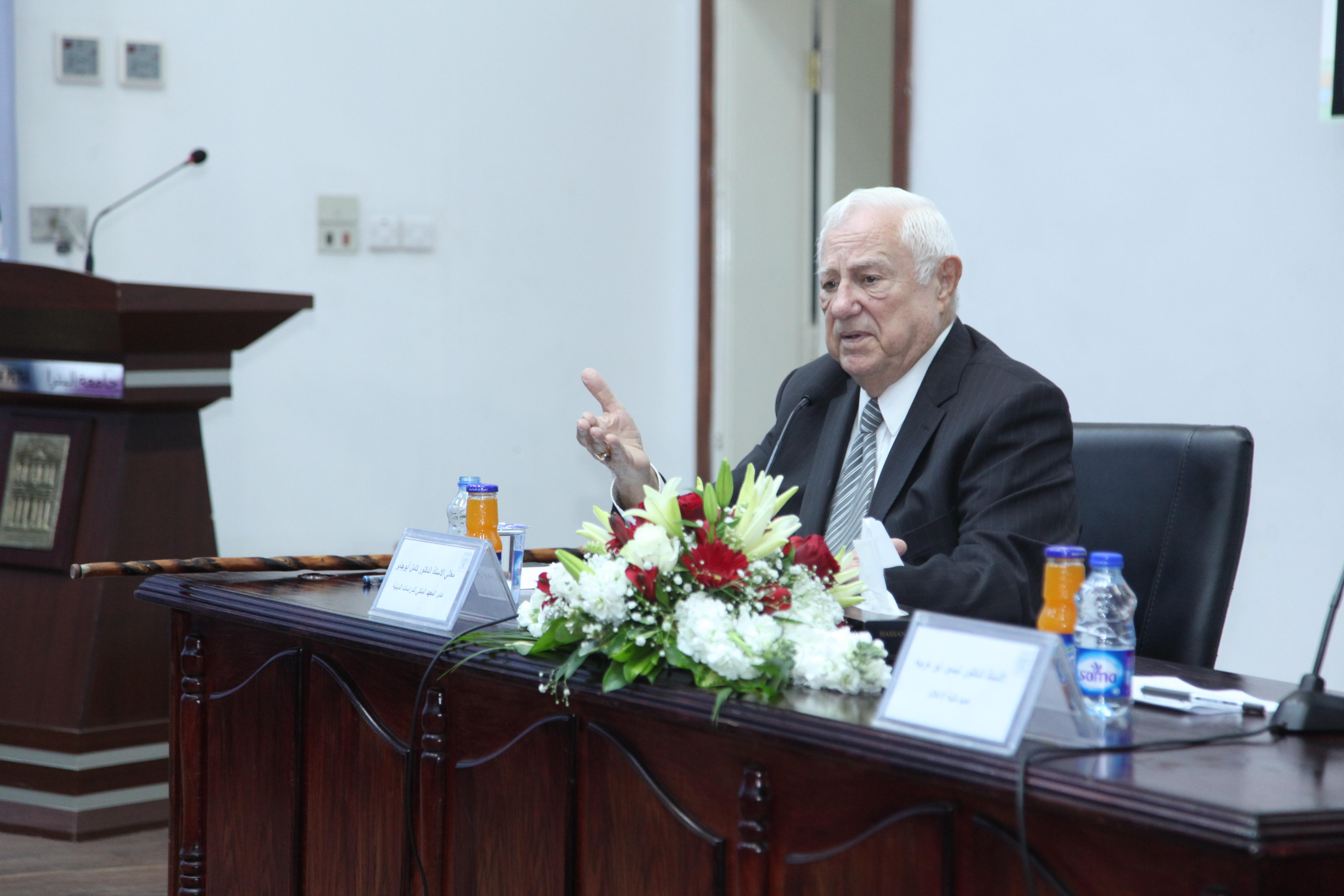 الدكتور كامل أبو جابر يحاضر في جامعة البترا