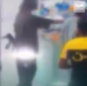 بالفيديو ..  سعودي يقتحم متجرا بالسلاح في الرياض