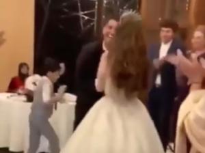 بالفيديو و الصور  ..  محمد عساف في اتصال هاتفي: هذه الفتاة ليست زوجتي  ..  ماذا قصد نجم العرب؟