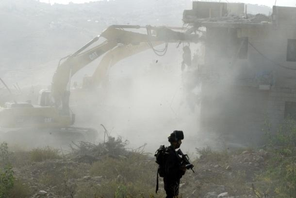 الاحتلال يخطر بهدم منزل بمنطقة (أ) لأوّل مرّة