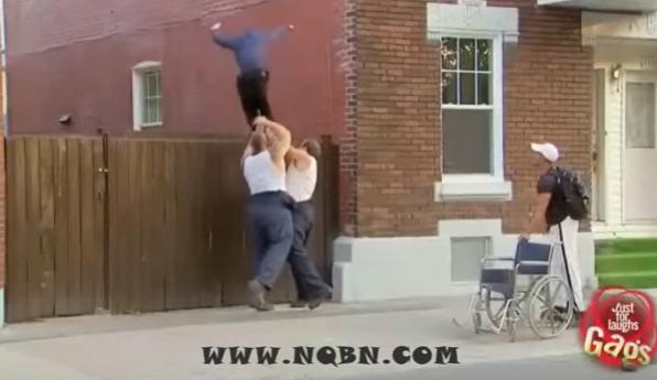بالفيديو  ..  كامير خفية مضحكة رمي مقعد من فوق شور منزله
