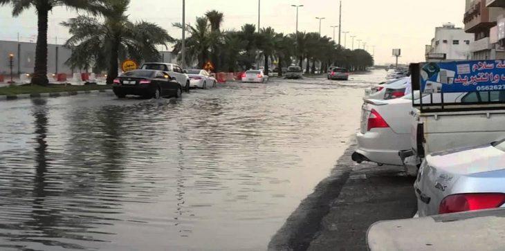 بالفيديو ..  صاعقة قوية في الدمام السعودية وسط أمطار غزيرة وتساقط كثيف للبرد