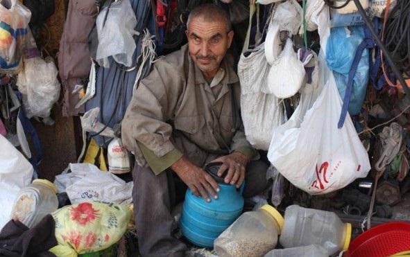 بالصور : ستّيني غزاوي يبيع كل ما يخطر وما لا يخطر على البال