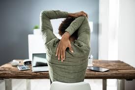 كيف تخفف آلام الظهر الناتجة عن العمل من المنزل؟