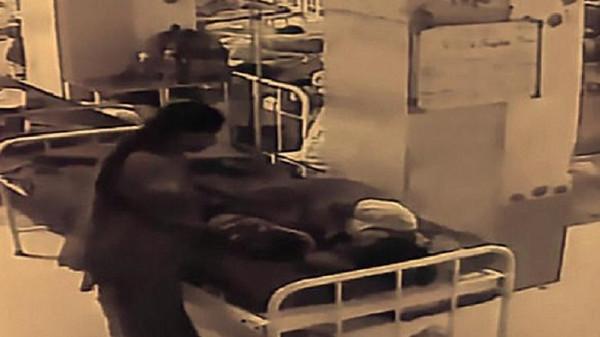 فيديو صادم  ..  سيدة تسرق رضيعاً من أمه بعد ان ولدته بساعات أمام عينيها في المستشفى