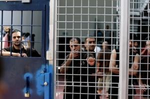 الاحتلال يعتقل زوجة أسير عقب زيارته