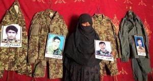أفغانية ترجو الله حفظ زوجها الرابع