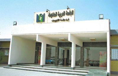 بالصور ..  اعتصام  طلاب الجامعة العربية المفتوحة للمطالبة بحل مشكلة التسجيل