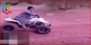 """بالفيديو.. شاب يتعرض لموقف محرج أثناء قيادته """"بيتش باجي"""""""