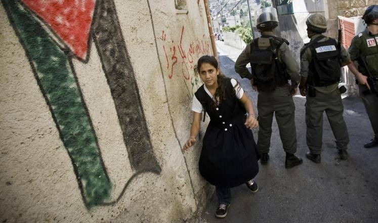 طلبة المدارس الفلسطينية يتعرضون لضغوطات من قبل قوات الاحتلال