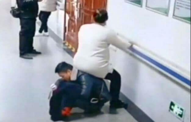 """تحول إلى """"كرسي"""" لتجلس زوجته الحامل ..  فيديو """"يخطف القلب"""""""