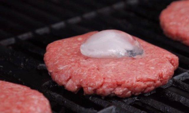 هذه الحيلة الذكية تمنع جفاف لحم الهامبرغر عند شوائه ... جرّبيها