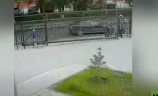 بالفيديو : إنقاذ طفل علق رأسه بين قضبان بوابة معدنية