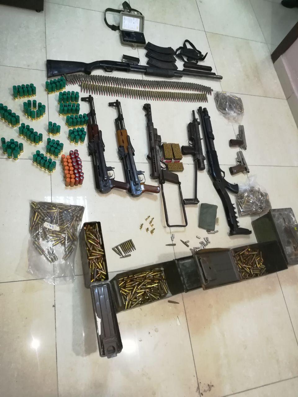 ضبط شخص يخبئ أسلحة أوتوماتيكية وذخائر بمنزله في إربد
