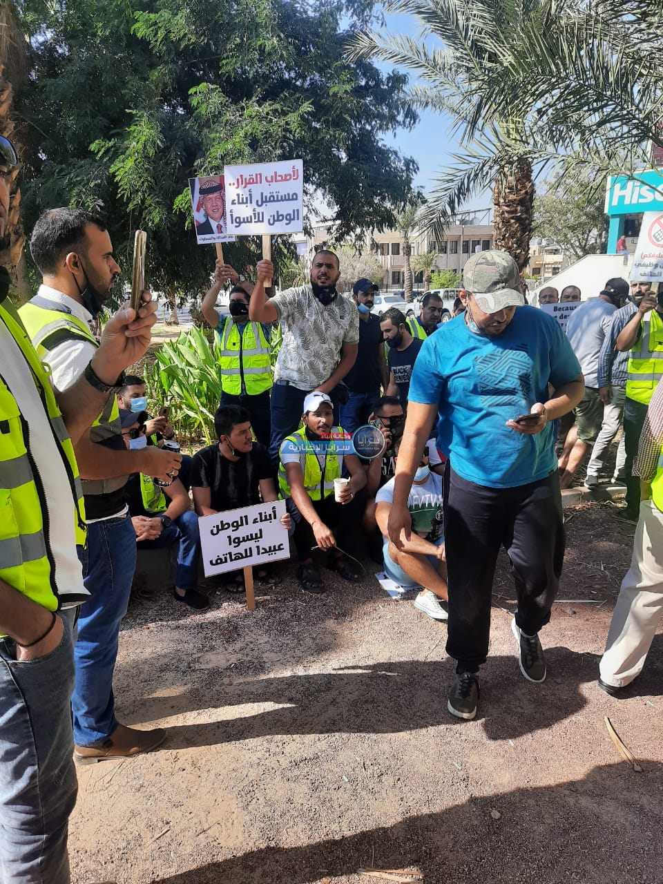 بالفيديو و الصور  ..  وقفة احتجاجية لعمال ميناء الحاويات في العقبة للمطالبة بمساواتهم بزملائهم