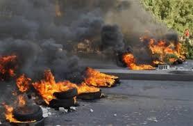 محتجون يغلقون طريق المفرق -اربد بالحجارة والاطارات المشتعلة