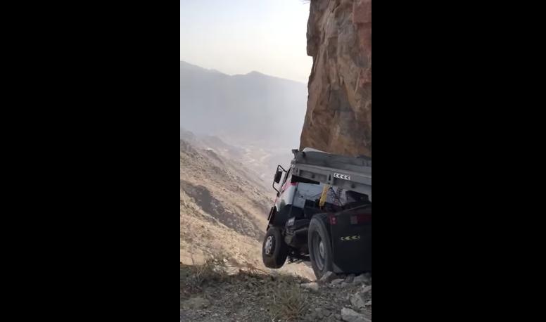 بالفيديو .. نجاة سائق شاحنة من الموت المحقق بعد تعلقها بالهواء