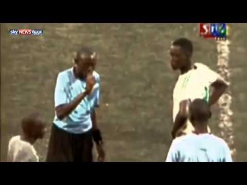 بالفيديو .. حكم سنغالي يوقف مباراة مع آذان المغرب .. ليفطر