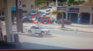 فيديو مروع .. عمان : مركبة تدهس  رجل و سيدة وطفلها الرضيع في جبل النزهة