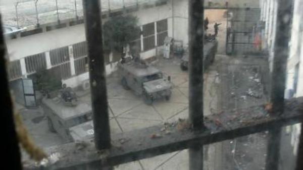 """""""النصرة"""" تلوح بذبح عسكريين لبنانيين عقب تفتيش سجن"""
