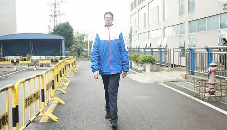 بالصور  ..  تعرف على أطول مراهق صيني يدخل جينيس