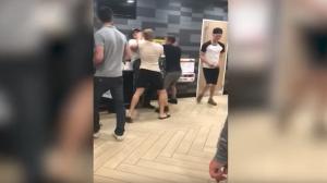 بالفيديو :اعتداء بالضرب المبرح على موظف في مطعم ماكدونالدز!