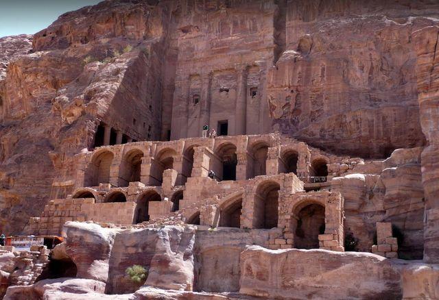 بالصور  ..  أشهر المعالم السياحية في البتراء الاردن