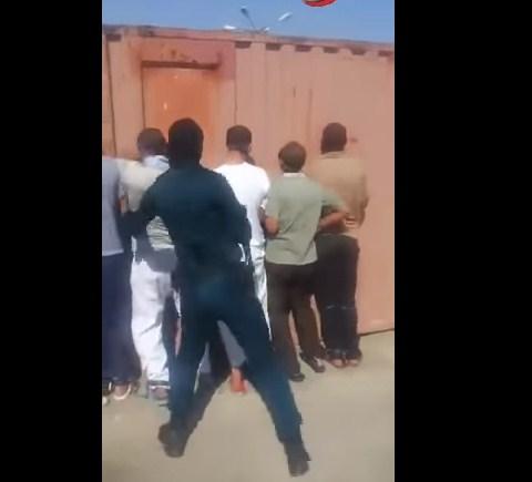 """بالفيديو  ..  الأمن الايراني يعذب الأهواز و يجبرهم على """"العواء"""" كالكلاب"""