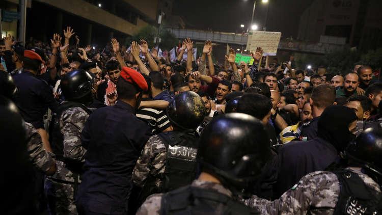 بالفيديو :مشهد فريد ومؤثر في احتجاجات الدوار الرابع