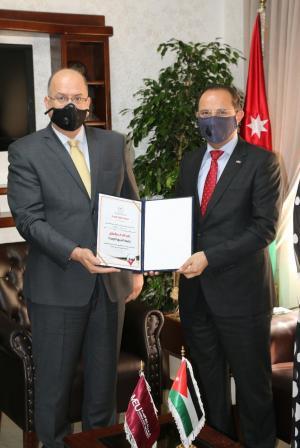"""آداب"""" جامعة الشرق الأوسط تتسلم شهادة ضمان الجودة المستوى الذهبي"""