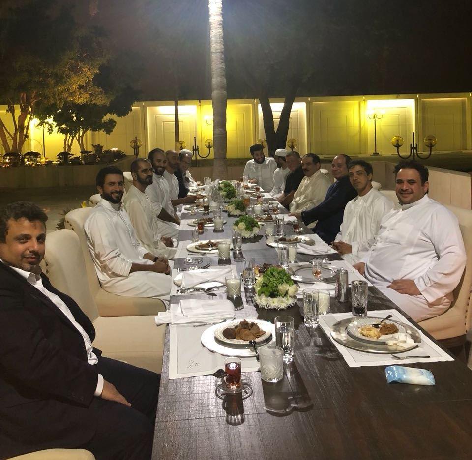 """بعيداً عن الرسمية  ..  عدد من الزعماء العرب على مأدبة عشاء """"صورة"""""""