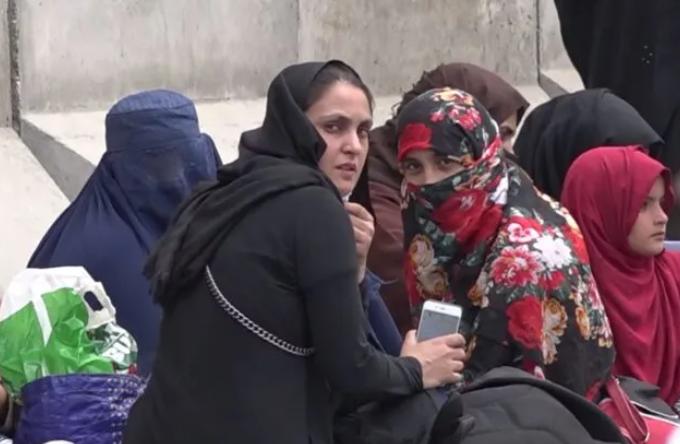 طالبان تمنع النساء من اقتناء الهواتف الذكية