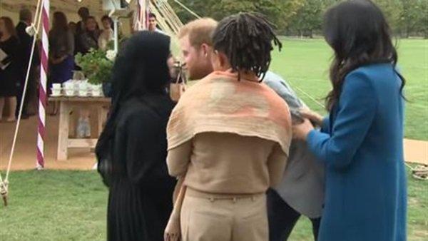 بالفيديو  ..  فتاة محجبة تحرج الأمير هاري أمام الكاميرات