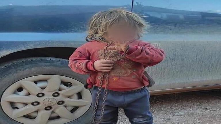 حبسها والدها في قفص وكانت تمشي مكبلة  ..  وفاة طفلة اختناقا في مخيم سوري